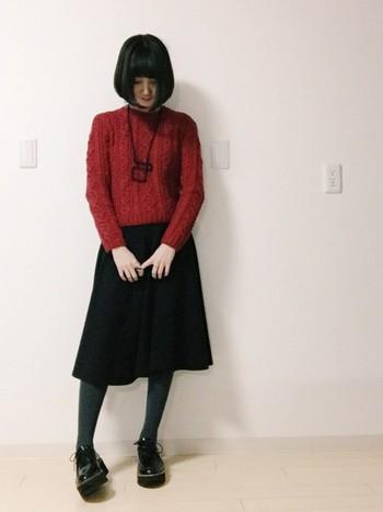 定番の白ニットも素敵ですが、次に手に入れるなら赤のニットがおすすめです。赤と聞くと「ちょっと派手?」なんて思われがちですが、そんなことはありません!差し色はもちろん、メインで着てもすっとなじみます♪ 画像のような赤×黒のコーディネートも素敵ですね♪