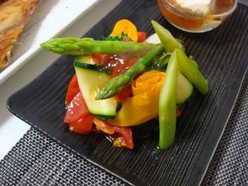 温野菜の基本レシピはとっても簡単!好きな野菜を茹でたり蒸して、ドレッシングなどのソースを合わせれば、立派な温野菜サラダになります。