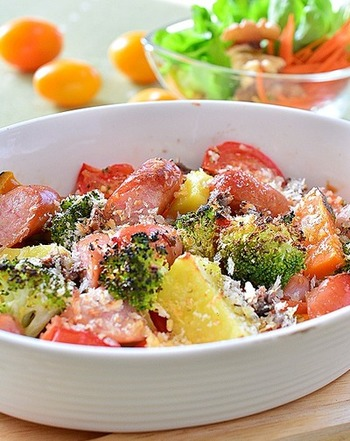 オーブンで焼いた温野菜とウインナーは香ばしさが広がり、食べ応えと満足度がアップします。