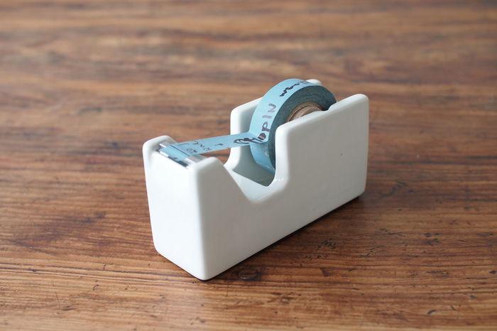 ■倉敷意匠 / 白磁 テープカッター(S) 2376円  白磁の美しいテープカッターは、文房具好きな方への贈り物にぜひ。マスキングテープにもちょうど良いサイズです。 無駄のないシンプルさは、雑然としがちな机周りをすっきりと見せてくれます。