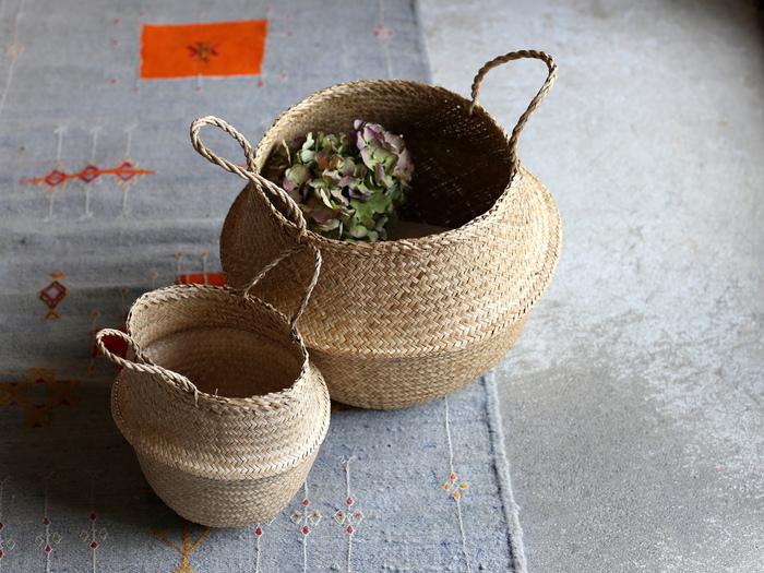■Babaghuri / シーグラスバスケット 1944円~  柔らかくしなりのある水草のバスケットは、折りたたんで使えるユニークな一品。 身の回りのものをざくざく収納したり、グリーンの鉢やドライフラワーを入れてディスプレイとしても楽しめます。