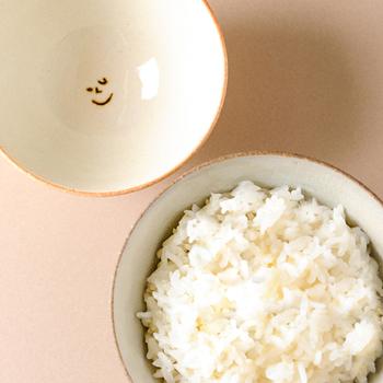 器の内側に小さく描かれた顔が可愛らしい家族茶碗は信楽焼き。食べ終わったら、思わずほっこりしそうなかわいいデザインですね。