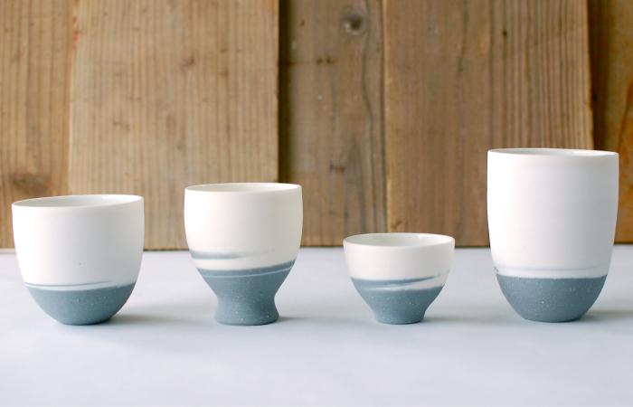 「トウグラス」の「トウ」は透けるの「透」。光にかざすとほんのり透ける特別な陶土を使っています。ろくろの動きを感じさせるオリジナリティーのある配色が、世界に一つだけの器を作っています。