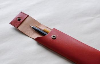 こんなペンケースが欲しかった人も多いのではないでしょうか?必要なものだけがスッキリと入る革のペンケースは、ミニマムなスタイルが潔く素敵です。