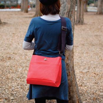 ショルダーバッグは、幅の広いベルトと使いやすいデザインが人気。使い込むほどに愛着が湧くような、丈夫でしっかりしたコットン製のアイテムです。