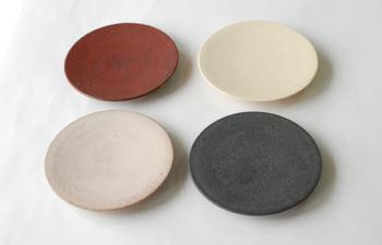 「チャサラ」は一人用急須のシリーズのお皿。茶卓にも、お菓子皿にもなる使い勝手のいいお皿です。土の渋い発色も魅力的なアイテムですね。