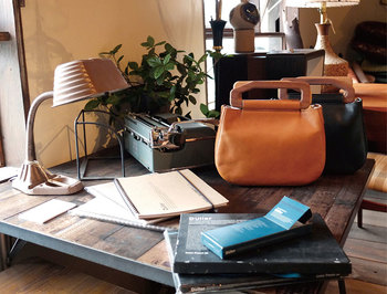 「日々の生活で欠かせない存在になるよう想いを込めて、ひとつずつていねいにに手作りされる革の鞄や小物。」そんなコンセプトがつまったアイテムが揃います。