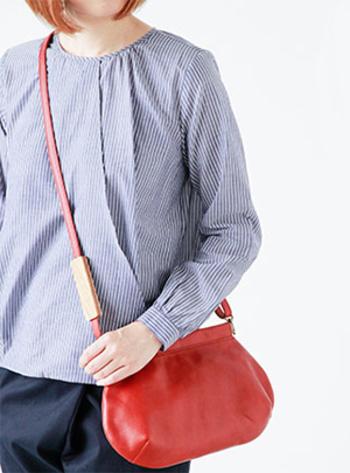 上質なレザーが、シンプルなデザインを引き立てるショルダーバッグ!小ぶりなサイズもキュート。