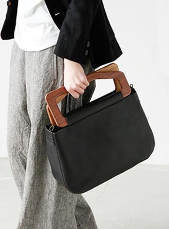 木製のハンドルが目を引く2wayバッグ「メトリーバッグ」。取り外し可能のストラップ付きなので、肩にかけることも可能です。サイズはS/M/L。