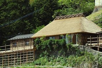「桃源郷祖谷の山里」では、古民家を一棟丸ごと貸し切って宿泊することができます。