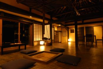 囲炉裏のある素敵なお部屋。昼と夜では、まるで別世界に来たかのような不思議な感覚に。