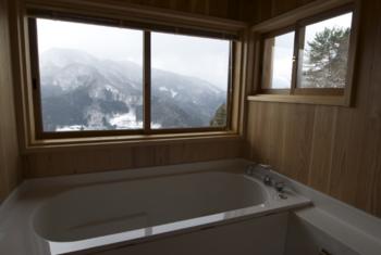 バスタイムもゆったりとくつろいで。雄大な山々を眺めながらお湯につかるなんて、なかなかできませんよね。