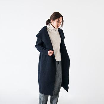 """今年は何でも「大きめ」がトレンド。日本人の""""羽織る""""という着方を活かしたこのコート、袖を通せば、なんだか包まれているみたい。かっこよくいたい、でも、守られていたい。そんな女性の想いが形になったよう。コートのシルエットを惹きたてるなら、やはり色のたつ白地に近いものをチョイスするのがいいでしょう。首元のゆったりとしたタートルに、マニッシュなパンツを併せて女性らしさとかっこよさの程よいバランスが肝。"""