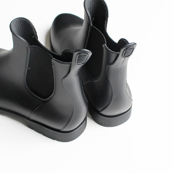 今年のブーツはショート丈が人気。上品にもカジュアルな装いにも、使い勝手のいい黒のショートブーツも一足は持っていたいですね。