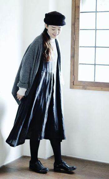 リネンといえば夏の素材というイメージが強いですが、重ね着することで、あったかみのある冬の装いにもしっくりと馴染みます。