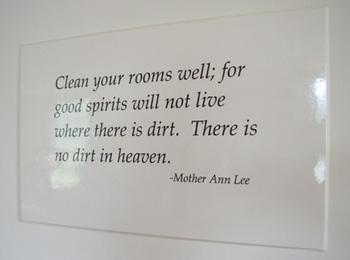 """こちらは、創始者マザー・アン・リーの言葉。 """"清い心は清い場所に宿る。整理整頓を心がけよ!""""という意味だそうです。"""