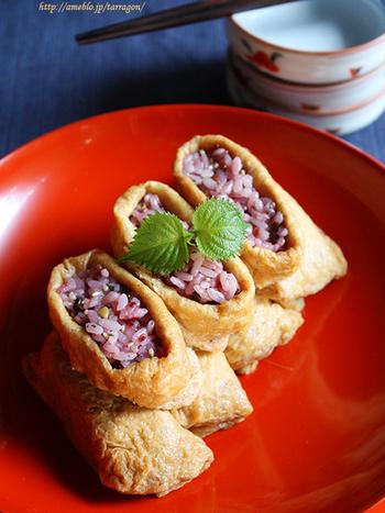 紫蘇とごまが香る酢飯がジューシーなおあげに包まれたおいなりさんは、じんわり美味しい大人の味ですね。雑穀米の色合いも美しい、ヘルシーレシピです。 おあげを鍋で煮るのではなく、レンジでチンして作るというのもポイント。