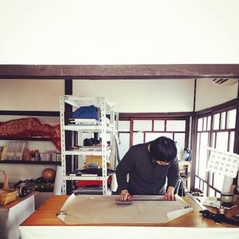 「うなぎの寝床」はアンテナショップとしてでなく、福岡県久留米市の伝統工芸品「久留米絣(くるめがすり)」の布の研究も行っています。