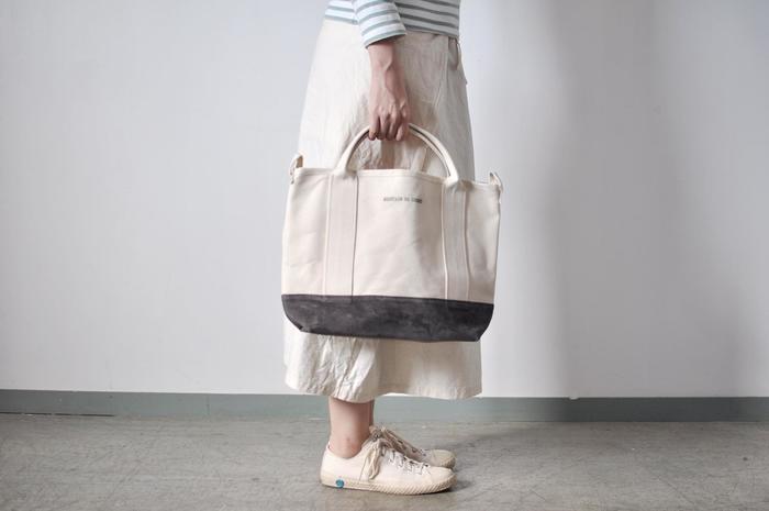 どんなスタイルの洋服にも合うシンプルなデザインで容量もたっぷりだから、デイリーユースにぴったり。このタイプのトートバッグはどうしてもアウトドアっぽくなりがちですが、上品なデザインなので街へのお出かけ用にも使用できます。