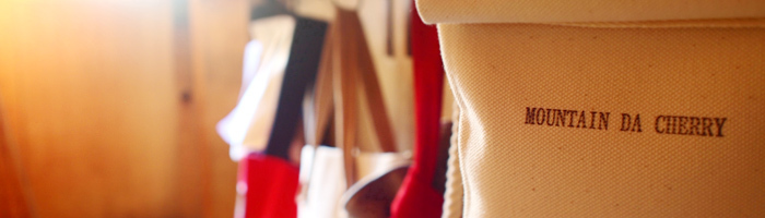 『MOUNTAIN DA CHERRY(マウンテンダチェリー)』は、「シンプルな日本製」をコンセプトに、岡山県倉敷産の厚手帆布と国産の豚革を使用した、バッグの製造・販売を行っているブランドです。