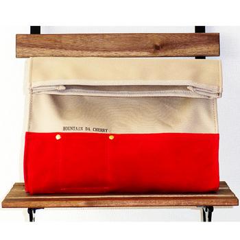 『クラッチバッグ』  洗える豚革と4号帆布を使ったクラッチバッグです。シンプルなデザインなのでユニセックスに使えます。マチが広めなので財布や小物もらくらく入るのがうれしい。