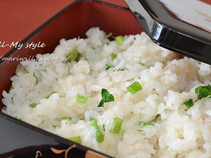 カニ缶とセリで作るシンプルながら、見た目も美しく味わいも抜群のおこわ。お弁当にしても良さそう!