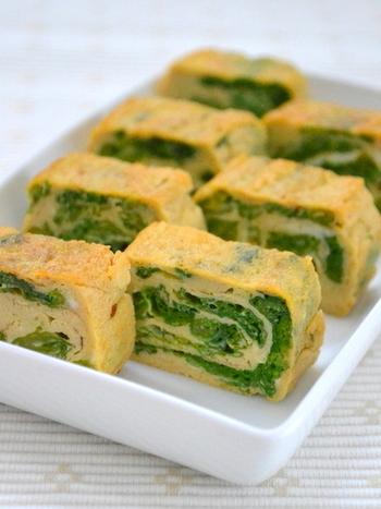 """菜の花のグリーンと、卵の黄色のコントラストが美しい """"卵焼き""""。春のお弁当にもぴったりの一品です。味の決め手は隠し味の柚子胡椒!わさびに変えても美味しくいただけます。"""