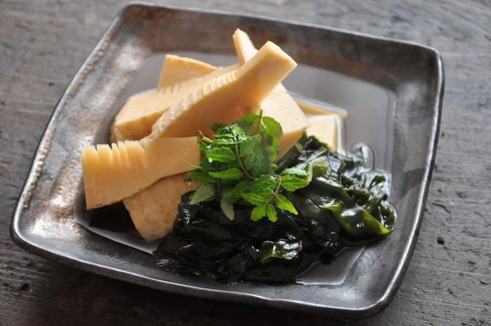 """筍の煮物も春の食卓には欠かせないお料理。わかめの食感と香りも楽しめる""""若竹煮""""も、この季節にしか味わいない一品です。筍はやわらかい穂先と根元に分けて、切り方を変えるのがポイント。"""