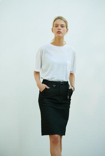 通気性や速乾性に優れたメッシュ素材のTシャツは素材感がトレンド。長めの袖丈でアウトドア感は控えめなデザインはタイトスカートに合わせても新鮮です。