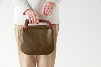 こちらは小ぶりの(S)。コロンとした形がかわいいですね。こぶりながらもお財布や携帯、ポーチと収納力は抜群です。