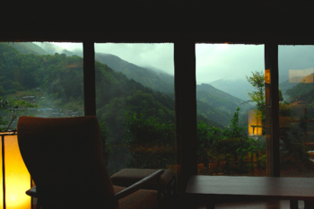 大きな窓からは、幻想的な風景が広がり、まさに絶景。ソファーでくつろぎ、ゆったりした時を過ごす・・・最高に贅沢なひとときを過ごせますよ。