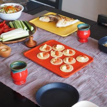 カナッペをのせてパーティーのおもてなしに♪手の凝ったお料理じゃなくても、カラフルなプレートに載せたるだけで華やかになりますよ。