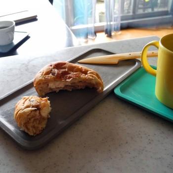 やっぱりウッドプレートにはパンやバゲットがよく似合います。忙しい朝食タイムも、プレートにのせてささっと拭くだけで洗い物いらず。