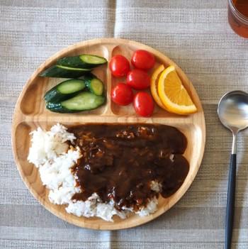 丸型で仕切りの付いたタイプも活躍の機会が多く人気です。お家カフェ風ご飯、お子様のお食事などもひとつで綺麗に盛り付けられるから便利ですよ。