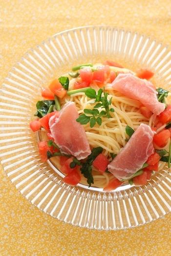 暑い日でも、サラダ感覚で食べられるパスタです。色合い鮮やかで、盛りつけも楽しい一品。