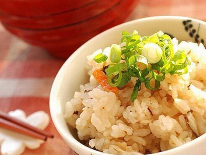 秋刀魚の蒲焼きの缶詰と、にんじんやゴボウなど好みの野菜で作る蒲焼きのタレがご飯に馴染む、食欲をそそるレシピ。缶詰なら保存がきくのでストックしておけばいつでも作れますよ!