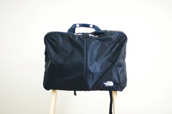 2ウェイ使用のバッグは、トート・バックパックに使える人気のデザイン。薄手なのにナイロンの7倍の強度を持つコーデュラ素材を使用しており、ヘビーユースに耐える作り。通勤にも使えるデザインです。