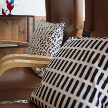 長方形が並ぶSIENAも、白抜きのHが並ぶH55も、図形の角がほんの少し丸みを帯びていて、規則的な柄なのに手描きのような抜け感があります。シンプルなフォルムの中にも曲線や温かみを尊重したアールとの家具や建築に、どこか通じるものがありますね。