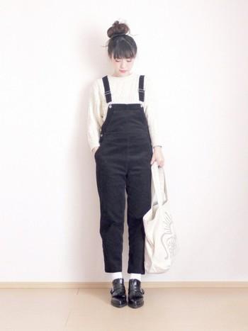 コーデュロイサロペットの足元も、ソックスをちらりと見せるだけで軽快な印象になります。白のソックスはどんなファッションにも合わせやすいですよ。