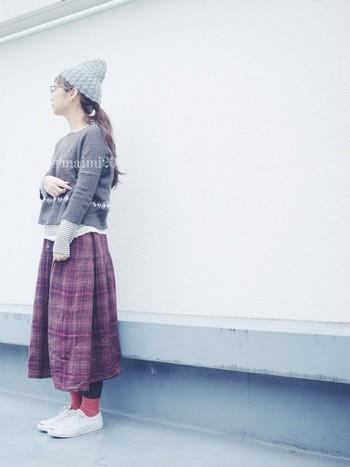 まだまだ足元が冷えることもあるので、タイツとソックスの重ね履きはおすすめです。スカートの色に合わせた赤系のソックスが可愛いですね。スニーカーにぴったりです。