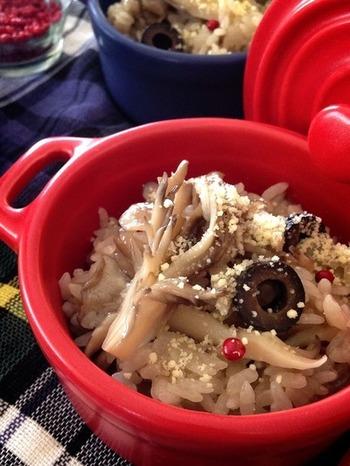 きのことオリーブが入った変わり洋風炊き込みごはんです。オリーブオイルは、食べる前に粉チーズやピンクペッパーと合わせ、お好みでふりかけます。