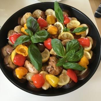 これぞオリーブオイル王道の組み合わせ!お肉はオリーブオイルとハーブでマリネしてから焼いていますが、最後の味をととのえる段階でもオイルを追加しています。ハーブとの相性ばっちり。