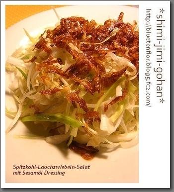 こちらも熱々のごま油をジャッとかける一品。ごま油と絡んだ桜海老の旨味でもりもり野菜が食べられます。白菜や他の葉物野菜にアレンジしても美味しそうですね。
