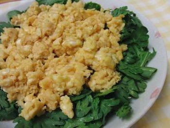 たまごと味噌を合わせて炒った「味噌玉子」にさらに香り付けとして、ごま油で仕上げています。春菊で栄養満点のサラダに。