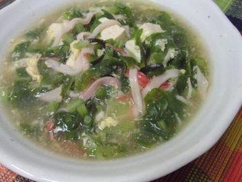 とろみをつけた大根葉いっぱいのスープの仕上げにごま油をたらします。生姜も入って、冬の風邪ひき防止メニューにもぴったり!体の中から温まりますね。