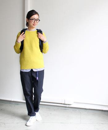 フィールドパンツは柔らかい素材で動きやすさバツグン。明るいイエローのニットでいつものお散歩も楽しくなりそう。