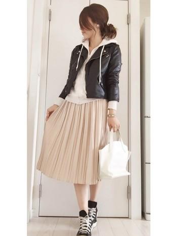 コーデとバッグに白を取り入れて全体を明るく。冬の間はレザージャケットをオンして防寒&引き締め効果を。足元を黒にすることで全体が引き締まりますね。