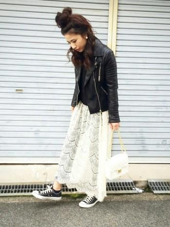 普段の着こなしに、透かしレースのスカートを重ねて春らしく♡ハードなレザーライダースと合わせて甘辛ミックスも素敵です。