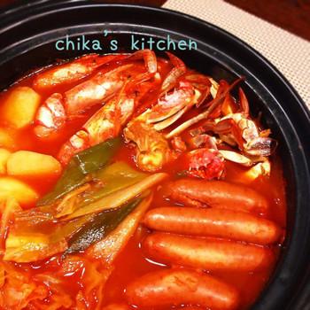 【これ美味しー♪海鮮とトマト缶で♪コク旨イタリアントマト鍋♡】  海鮮のうまみたっぷりのスープは残さずいただきたい美味しさ。しめはパスタでも◎