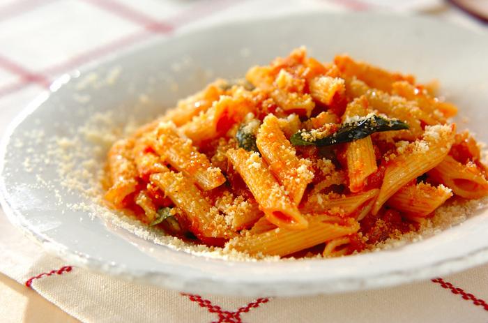 【ペンネアラビアータ】  トマトソースに唐辛子を効かせて。トマトとチーズは鉄板の組み合わせ。